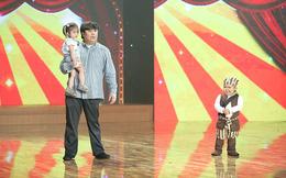 Cháu nội Bảo Quốc đưa con gái 2 tuổi lên sân khấu