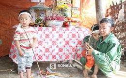 Xót xa hình ảnh 2 bé sinh đôi chống gậy tiễn đưa mẹ ở Nghệ An