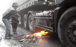 """Rét kỷ lục, đốt lửa """"sưởi"""" bình dầu ô tô: Ôi trời, nguy hiểm quá!"""
