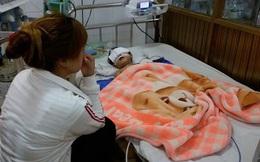 Bé gái 25 tháng tuổi té ngã nguy kịch ở điểm giữ trẻ
