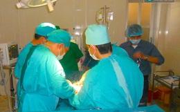 Các y, bác sĩ hiến máu cứu người phụ nữ bị trâu húc trọng thương