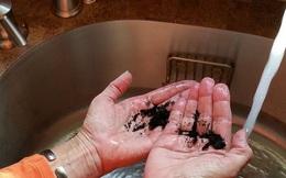Giờ tôi đã hiểu vì sao ngày xưa mẹ chà thứ đen đúa này vào tay sau mỗi lần làm bếp