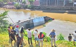 """Ghe chở 3 tấn cá tra bị lật, người dân ùa ra """"săn"""" cá"""