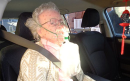 """Cảnh sát đập vỡ kính ô tô giải cứu cụ bà """"chết cóng"""" và giật mình khi nhìn thấy thứ này"""