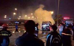 Đang lưu thông, xe khách bất ngờ bốc cháy dữ dội