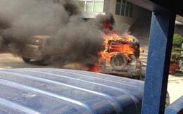 Clip: Xe ô tô Korando bốc cháy trơ khung trước cổng công an phường