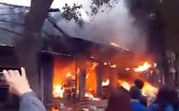 Hà Nội: Cháy lớn thiêu rụi nhiều ki-ốt kinh doanh tạp hóa