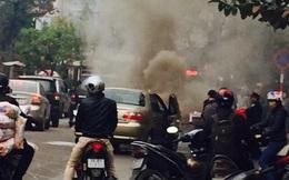 Đầu xe ô tô con Fiat bất ngờ cháy dữ dội gần bán đảo Linh Đàm