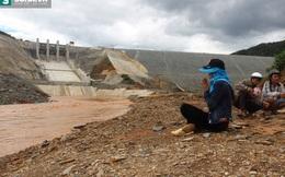 Người đàn bà chắp tay cầu nguyện ở chân đập thủy điện Sông Bung 2
