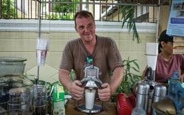 Chuyện chàng Tây bỏ nghề thiết kế, đến Sài Gòn đẩy xe đạp bán cafe dạo