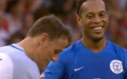 """Ronaldinho làm cựu sao Man United bẽ mặt với chiêu """"xâu kim đôi"""""""