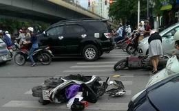 Hà Nội: Hàng chục người nhấc bổng đầu xe ô tô Santafe giải cứu người phụ nữ