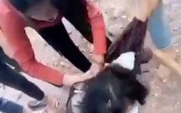Bức xúc nhóm nữ sinh cấp 2 đánh 2 bạn gái tả tơi trên đường