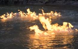 Clip dùng bật lửa châm dòng sông cháy bùng hút 2 triệu người xem