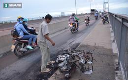 Người đàn ông thẫn thờ bên xe Attila bốc cháy ở Sài Gòn