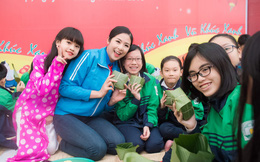 Hoa hậu Ngọc Hân gói bánh tặng trẻ em miền núi
