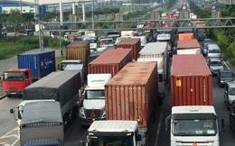 Ô tô tông liên hoàn trên cầu vượt ngã tư Bình Phước