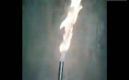 Clip: Lửa ngùn ngụt cháy từ lỗ giếng khoan ở Nghệ An