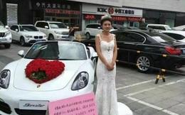Cái kết bất ngờ của cô gái mặc váy cô dâu đứng bên siêu xe cầm biển tìm chồng