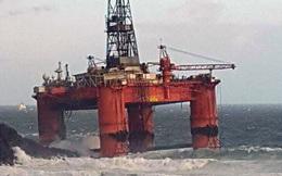 """Giàn khoan dầu 17.000 tấn bị sóng to, gió lớn """"thổi vào bờ"""""""