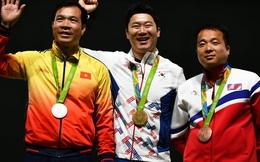 CĐV Việt Nam hát vang Quốc ca trong lúc Hoàng Xuân Vinh nhận huy chương