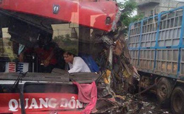 Hàng chục hành khách thất thanh khi xe khách mất lái, đâm xe tải