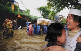[Video Mutex] Xót xa con đứng bên sông khóc cha chết, đưa quan tài lội bì bõm trong mưa lũ