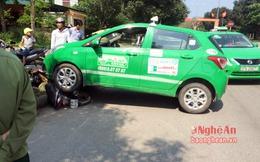 Taxi cán ngang xe máy, lái xe thoát chết trong gang tấc