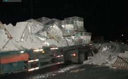 Người dân giải cứu tài xế mắc kẹt trong cabin xe container