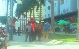 Một người nước ngoài la hét trên phố Sài Gòn giữa trưa nắng