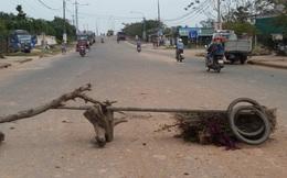 Dân chặn xe chở đất vì bụi ngập nhà
