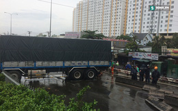 Xe tải chắn ngang đường, giao thông cầu vượt Bình Phước tê liệt