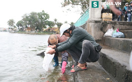 Sư trụ trì giúp người dân thả cá tiễn ông Táo