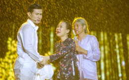 Việt Hương bật khóc bên Hoài Linh khi liveshow 6 tỷ dính mưa lớn