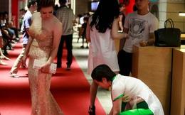 Mẹ ruột cúi gập người chỉnh váy cho Thúy Hiền trên thảm đỏ