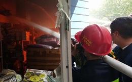 17 xe chữa cháy cùng hơn 100 chiến sỹ dập lửa ở công ty Hồng Hà