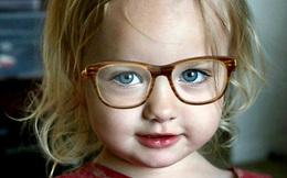 Bé 3 tuổi đã hỏng mắt vì mẹ thích sành điệu: Bài học cho nhiều gia đình