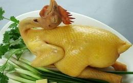 Thì ra đây là bí quyết mà nhà hàng đã áp dụng để gà luộc luôn vàng mướt mắt, căng bóng hấp dẫn