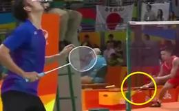 Khinh thường Tiến Minh, VĐV Trung Quốc vừa đánh vừa... đổi vợt