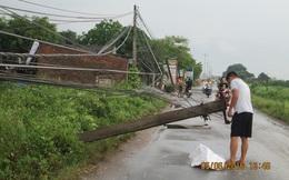 """Mưa lớn """"quá sức tưởng tượng"""" làm tốc mái nhà, đổ cây tại Hà Nội"""