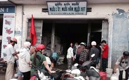 Huế: Hàng chục người tranh nhau mua muối biển