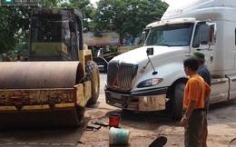 Người phụ nữ chết thảm khi đang rửa xe lu bên đường