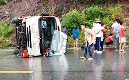 Xe buýt lật lúc xuống dốc, hàng chục hành khách hoảng loạn