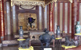 Kiểm tra hình ảnh nam thanh niên ngồi lên ngai vàng ở cung điện Thái Hòa