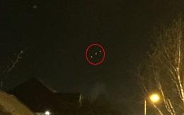 Kinh hãi phát hiện vật thể phát luồng sáng khổng lồ trên trời đêm