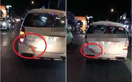 Hình ảnh rùng rợn: Cánh tay bị kẹp ở cốp xe taxi chạy trên phố Sài Gòn