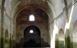 Đập nước khô cạn làm lộ diện ngôi đền thờ cổ uy nghiêm