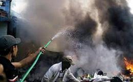 Cháy dữ dội kho phế liệu giữa khu dân cư