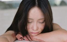 Bộ ảnh của cô gái bị bạn học tẩm xăng đốt gây sốt ở Trung Quốc