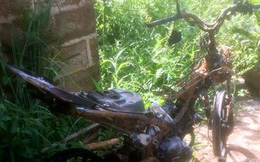 Dân làng vây đánh gãy tay và đốt xe máy của kẻ trộm heo